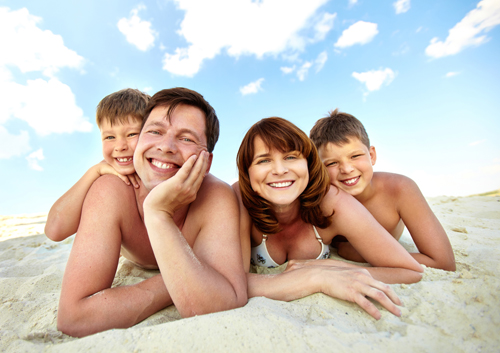 family-resting-on-the-beach_33380685.jpg
